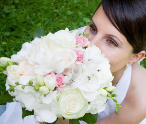 bride wedding flowers1 Wedding Flower Color Trends For 2013