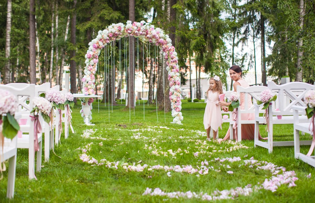 15 Best Floral Wedding Altars & Arches Decorating Ideas