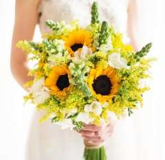 Rustic and sunny arrangement